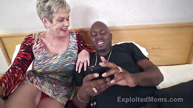 Massagista merece uma dica saltando no pénis porno de vestido longo de um cliente